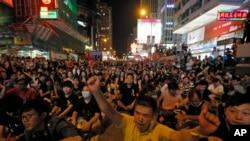 Puluhan ribu pengunjuk rasa Hong Kong tidak mempedulikan tuntutan pemerintah (29/9).