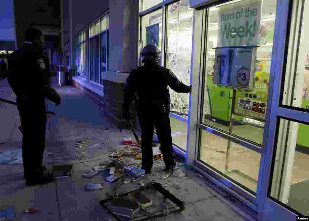 Una tienda vandalizada en el centro de Baltimore.