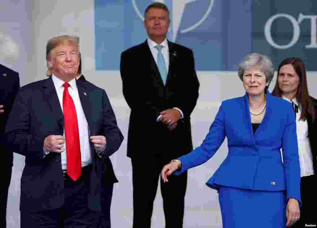 نشست سران ناتو با حضور رهبران کشورها آغاز شد. در مراسم آغازین رهبران کشورها در کنار هم عکس یادگاری می گیرند. در عکس پرزیدنت ترامپ و «ترزا می» نخست وزیر بریتانیا حضور دارند.