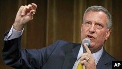 Bill de Blasio, kandidat terdepan dari Partai Demokrat untuk walikota New York berbicara dalam salah satu forum di New York (foto: dok).