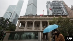 资料照:一个行人走过香港终审法院大楼。(2018年1月6日)