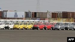 Hàng dài các xe ôtô giá rẻ của hãng Tata tại nhà máy sản xuất ở bang Gujarat, Ấn Độ