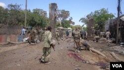 Pasukan Somalia melakukan patroli di kota Beledweyne pasca serangan di sana (foto: dok). Milisi antar suku Somalia terlibat bentrokan di Beledweyne, Senin 19/10.
