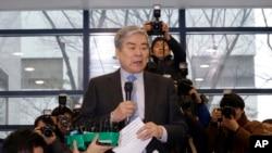 Trong bức ảnh chụp ngày 12/12/2014, chủ tịch Korean Air Cho Yang-ho đưa ra lời xin lỗi trước truyền thông tại trụ sở chính của công ty ông ở Seoul, Hàn Quốc. Ông Cho vừa qua đời ở một bệnh viện ở Los Angeles, thọ 70 tuổi.