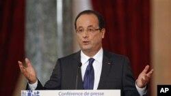 Presiden Perancis Francois Hollande dalam jumpa pers di Paris (13/11). Perancis menjadi negara Eropa pertama yang mengakui keberadaan Koalisi Oposisi Suriah sebagai satu-satunya wakil sah rakyat Suriah dan pemerintah masa depan Suriah yang demokratis.