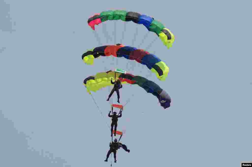 Pakistani paratroopers perform during the Pakistan Day parade in Islamabad, March 23, 2015.