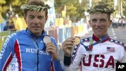 Pebalap sepeda AS Tyler Hamilton (kanan) peraih emas, dan atlet Rusia Viatcheslav Ekimov (perak) dalam Olimpiade Athena 2004 (foto: dok). Hamilton mengaku memakai doping dalam Olimpiade Athena.