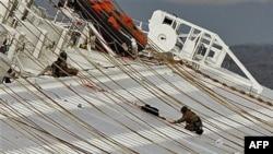 Các thợ lặn làm việc trên chiếc tàu du lịch bị lật ngoài khơi Tuscani, Italia
