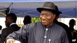 ປະທານາທິບໍດີ Goodluck Jonathan ກໍາລັງປ່ອນບັດເລືອກຕັ້ງ ທີ່ເມືອງ Otuoke ໄນຈີເຣຍ ວັນທີ 16 ເມສາ 2011.