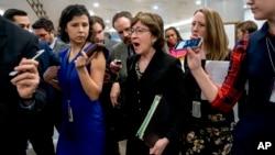 18일 미 연방정부의 업무정지 사태를 막기 위해 예산안 처리를 논의하는 상원 회의장으로 들어서는 수잔 콜린스 상원의원이 기자들의 질문에 답하고 있다.