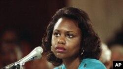 Anita Hill, durante o depoimento de confirmação de Clarence Thomas para o Tribunal Supremo, em 1991. Hill acusou Thomas de assédio sexual