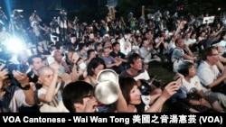 """集會人士敲擊自備的發聲道具,表達對中國人大常委會""""落閘""""的決定的不滿"""