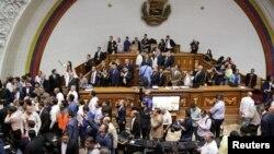 Cuando comenzaba su intervención el primer vicepresidente del Parlamento, Enrique Márquez, los simpatizantes del chavismo irrumpieron en la Cámara y boicotearon el debate. La paz se restableció media hora después y la sesión especial pudo continuar.