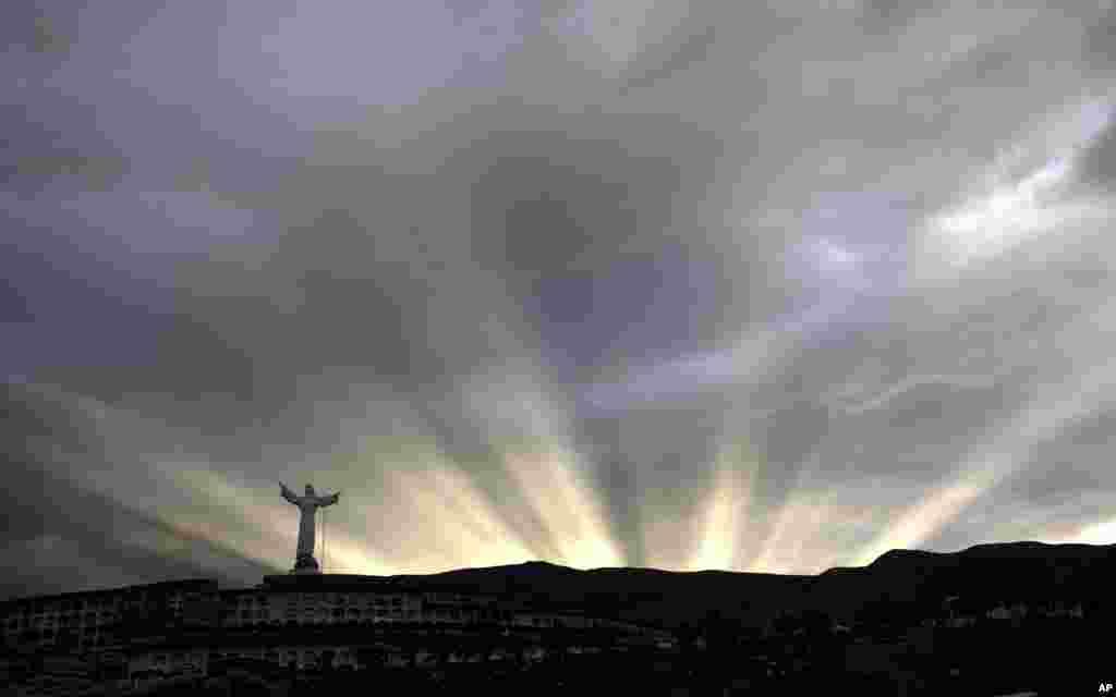Sinar matahari menjelang terbenam tampak di sebuah tempat pemakaman di kota Yungay, Peru.