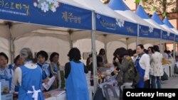 국제 여성봉사단체인 '소롭티미스트' 한국협회가 서울역사 박물관 앞에서 탈북여성들을 돕기 위한 기부금 마련을 위해 '소롭티미스트 마켓'을 열었다. 사진 출처 = '소롭티미스트'.