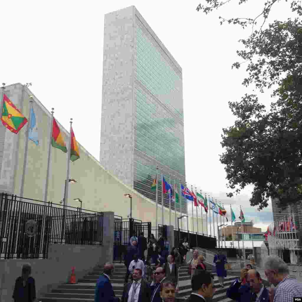 اینجا ساختمان معروف سازمان ملل متحد در حاشیه خیابان اول نیویورک است. جلوی این ساختمان هم که رودخانه شرقی ست.
