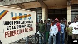 Des partisans d'Etienne Tshisekedi devant le bureau du parti à Goma