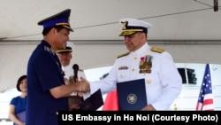 Chuẩn đô đốc Tuần duyên Mỹ Michael J. Haycock (phải) bắt tay với Trung tướng Nguyễn Quang Đạm, Tư lệnh Cảnh sát biển Việt Nam, trong buổi lễ bàn giao tàu ngày 25/5/2017.