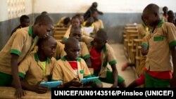 សិស្សរៀនដោយមានជំនួយម៉ាស៊ីន tablet ដែលផ្តល់ដោយអង្គការ UNICEF នៅក្នុងសាលាមួយនៅក្នុងក្រុង Baigai ប្រទេសកាមេរូន កាលពីថ្ងៃទី៣១ ខែតុលា ឆ្នាំ២០១៧។