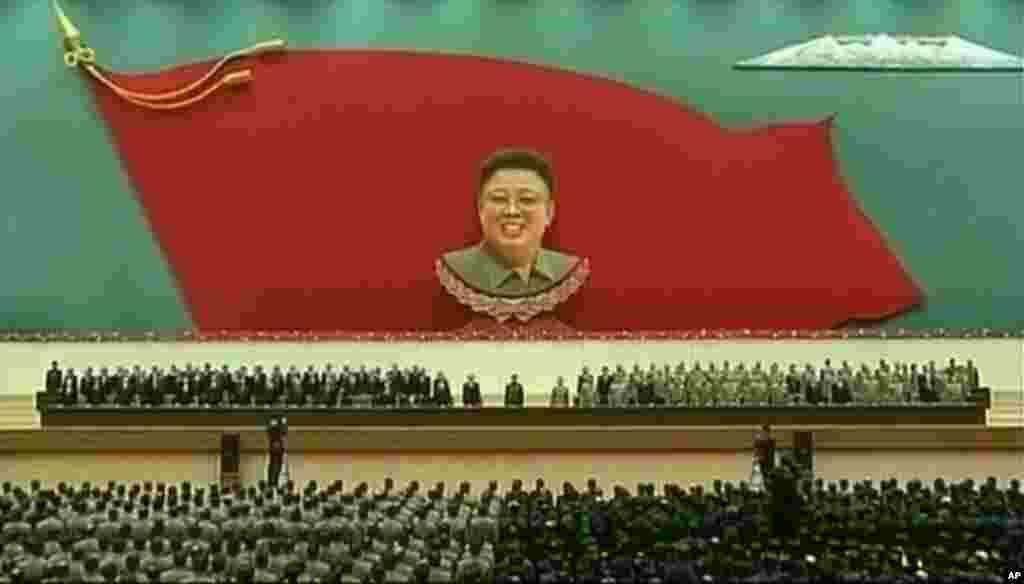 Pemimpin Korea Utara Kim Jong Un menghadiri acara untuk memperingati dua tahun kematian ayahnya Kim Jong Il, di Pyongyang (17/12).