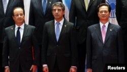 Từ trái: Tổng thống Pháp Francois Hollande (L), Tổng thống Bulgaria Rosen Asenov Plevneliev và Thủ tướng Việt Nam Nguyễn Tấn Dũng tại lễ khai mạc Hội nghị thượng đỉnh Á-Âu lần thứ 9 tại Vientiane, ngày 5/11/2012