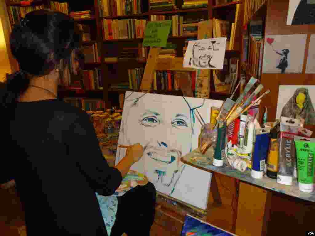 اس آرٹ بازار میں نوجوانوں کے تخلیق کردہ آرٹ کے نمونوں کے اسٹال سمیت اندرون سندھ سے آئے ہوئے فنکاروں کے اسٹال بھی شامل تھے۔