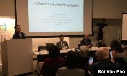 Giáo sư Tường Vũ giới thiệu cựu Trung tá Bùi Quyền, bên trái, và cựu Đại tá Trần Minh Công trên bàn hội thảo (ảnh Bùi Văn Phú)