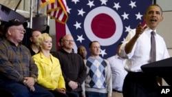 Según una encuesta de AP, las malas noticias sobre la economía han igualado la contienda electoral entre Obama y Romney.