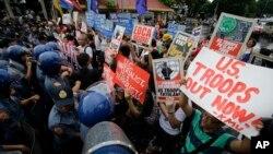 Cảnh sát chặn đoàn người biểu tình đang cố tiếp cận Đại sứ quán Hoa Kỳ trong một cuộc tuần hành phản đối Thoả thuận Tăng cường Hợp tác An ninh giữa Mỹ và Philippines, Manila, Philippines, ngày 04 tháng 10 năm 2016.
