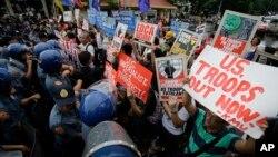 菲律賓民眾在美領事館外示威反對美菲防衛合作。
