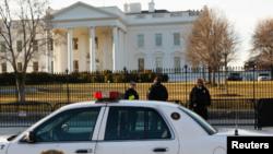 미국 비밀경호국 요원들이 백악관 주변을 지키고 있다. (자료사진)