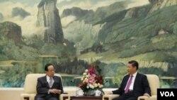 ອະດີດນາຍົກ ລັດຖະມົນຕີ ຍິີ່ປຸ່ນ ທ່ານ Yasuo Fukuda, (ຊ້າຍ) ປະທານ ສະມາຄົມ Boao ຂອງເອເຊຍ ພົບປະກັບ ປະທານປະເທດຈີນ ທ່ານ Xi Jinping.