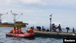 Các toán cứu hộ tìm kiếm người sống sót ngoài vùng biển của tỉnh Cebu, 17/8/2013