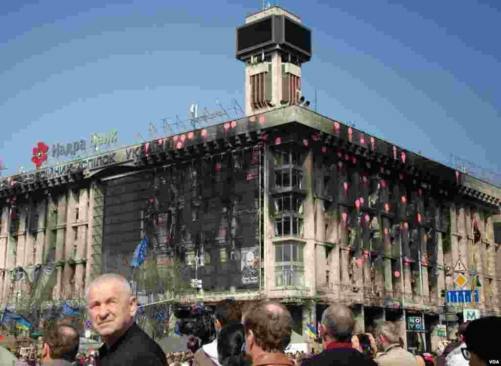 Un edificio muestra las quemaduras de las violentas protestas que llevaron a la salida del gobierno de Ucrania. (Steve Herman/VOA)