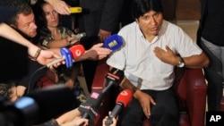 Tổng thống Bolivia Evo Morales nói chuyện các nhà báo tại sân bay Schwechat, Áo, 3/7/13
