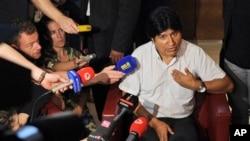 Tổng thống Bolivia Evo Moraless nói chuyện với các phóng viên tại sân bay Schwechat ở Vienna, 3/7/2013. (AP Photo/Hans Punz)