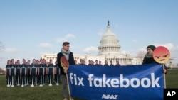 Nhóm hoạt động Avaaz căng biểu ngữ bên ngoài Điện Capitol ở thủ đô Washington, ngày 10/4/2018, trước cuộc điều trần của CEO Facebook Mark Zuckenberg.