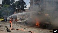 Thường dân Syria tại hiện trường vụ không kích trúng bệnh viện Dubeet ở khu vực Muhafaza tại Aleppo, ngày 3/5/2016.