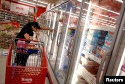 미국 시카고의 한 식료품점에서 저속득층을 위한 '푸드스탬프' 수혜자가 식료품을 구매하고 있다.