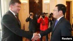 Phó Thủ tướng-Ngoại trưởng Slovakia Miroslav Lajcak (trái) bắt tay với Phó Thủ tướng-Ngoại trưởng Phạm Bình Minh khi ông đến Hà Nội năm 2014.