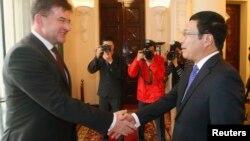 Phó Thủ tướng-Ngoại trưởng Slovakia Miroslav Lajcak (trái) bắt tay với Phó Thủ tướng-Bộ trưởng Ngoại giao Phạm Bình Minh trong một cuộc họp ở Hà Nội năm 2014.