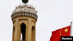 រូបឯកសារ៖ ទង់ជាតិចិនបក់រវិចៗនៅជិតវិហារសាសនាឥស្លាមមួយក្នុងតំបន់ Xinjiang ដែលជាតំបន់ស្វ័យភាពរបស់ជនជាតិភាគតិច Uighur ក្នុងប្រទេសចិន ថ្ងៃទី៦ ខែកញ្ញា ឆ្នាំ២០១៨។