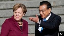 德國總理默克爾10月29日﹐在中國總理李克強陪同下﹐人民大會堂前接受熱烈歡迎。