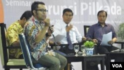 Peneliti ICW Apung Widadi saat memberikan pemaparan dalam seminar di Universitas Paramadina, Jakarta (14/2).