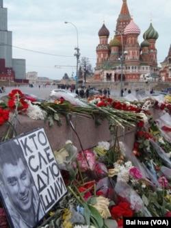 涅姆佐夫遇害地点。涅姆佐夫塑像上写着:谁将是下一个遇害者?(美国之音白桦拍摄)