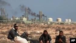 反卡扎菲的武裝人員星期四出現在利比亞一家煉油廠的附近
