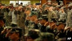美國和菲律賓星期一開始舉行15年來最大規模的聯合軍事演習開幕儀式中互行軍禮。