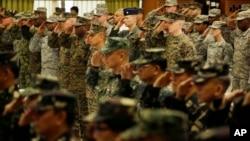 "Pasukan AS dan Filipina memberikan hormat dalam upacara pembukaan latihan militer ""Balikatan 2015"" di Camp Aguinaldo, pinggiran Quezon city, timur laut Manila (20/4). (AP/Bullit Marquez)"