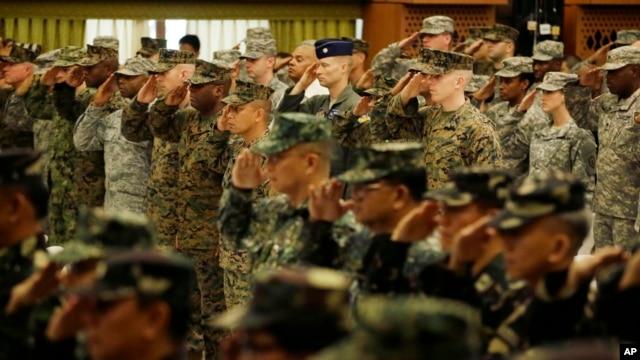 Binh sĩ Mỹ và binh sĩ Philippines chào trước cuộc trập trận chung 20/4/15