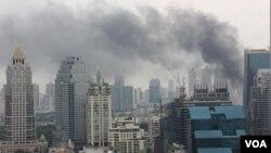 Asap selimuti kota Bangkok, 16 Mei 2010.